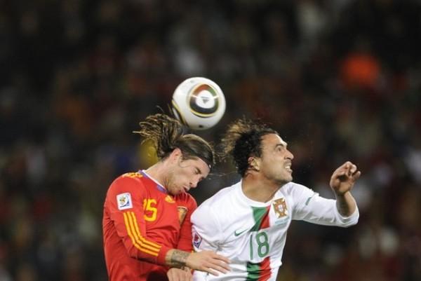 DESPEJE SI QUIERE GANAR. Ramos le gana en el salto a Hugo Almeida y logra despejar un balón que se aproximaba peligrosamente a su arco (Foto: AP)