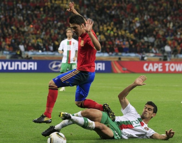 NO LES HICIERON DAÑO. Alves de barre con todo para quitarle la pelota a Villa. Los portugueses estuvieron muy apáticos en su juego, incluso para quitarle el balón al rival (Foto: REUTERS)