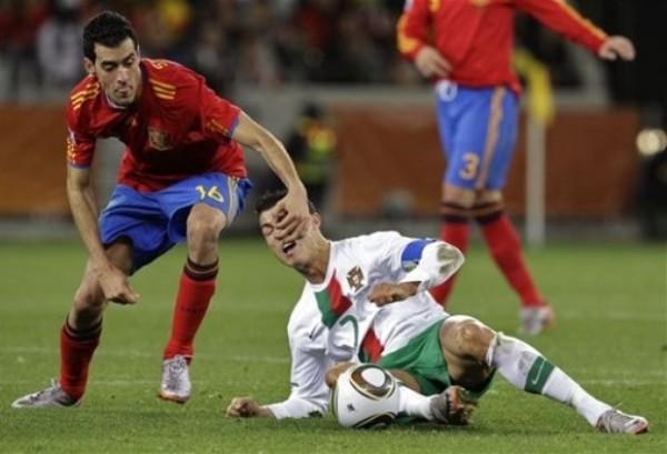 SIN GANAS. El individualismo de Ronaldo nunca pudo superar al atento bloque defensivo español. En la imagen se observa como Busquets le quita un balón al astro del Real Madrid (Foto: REUTERS)