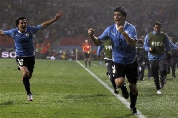 PARA PONERLE MARCO. Aquella espléndida definición de Luis Suárez, permitió que Uruguay festejara su clasificación a Cuartos, en medio de una intensa lluvia. (Foto: AP)
