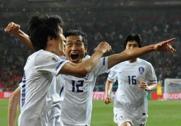 CHINO DE RISA. Lee Young-Pyo corre a abrazar al autor del empate transitorio, Lee Chung-Yong. Los surcoreanos soñaban con concretar la remontada y continuar con vida en Sudáfrica. (Foto: AP)