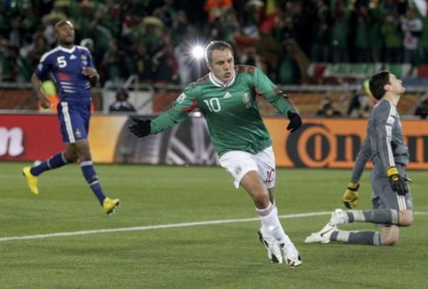 DIO EN EL BLANCO. Cuahutémoc Blanco no falló en el momento decisivo y convirtió el penal por el 2-0 final (Foto: REUTERS)