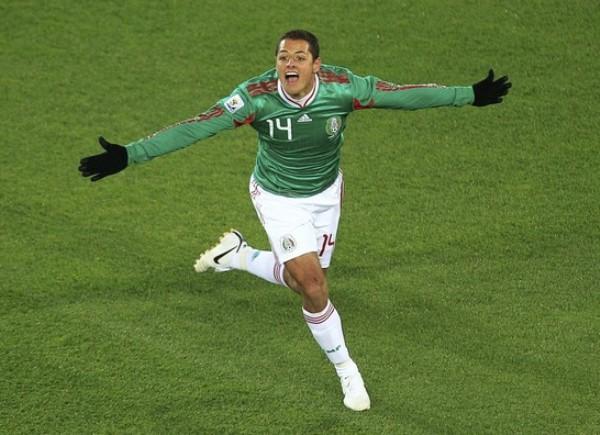 ¿CUAL CHICHERITO?  Es el 'Chicharito' Hernández el que abrió el marcador y quiere abrazar a todos (Foto: REUTERS)