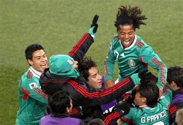 FRANCO QUE ESTAN CASI ADENTRO. Celebra el tricolor mexicano, ya vencieron a Francia y le falta un punto solamente para pasar de ronda (Foto: AP)