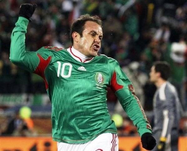 SÍ ME SIMPATIZAS. Aunque aquí salga con cachetes de marrana flaca, Cuahutémoc Blanco se despercudió del flojo partido pasado con su gol (Foto: AP)