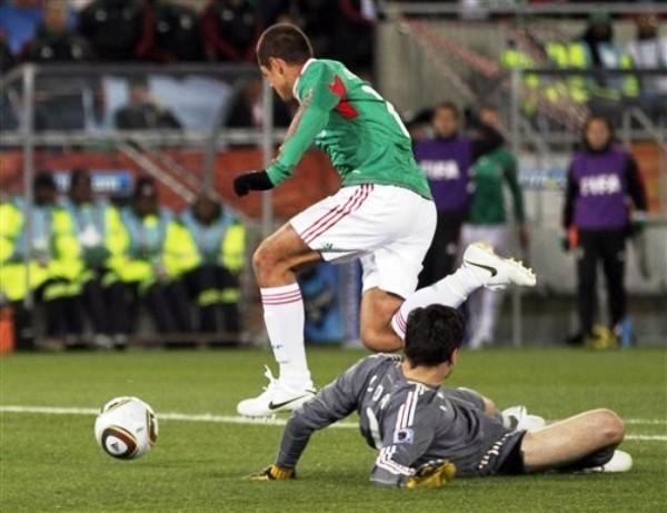 ¿QUÉ CHICHA (RITO) HAGO? El portero Lloris, ya vencido por Hernández, empieza a probar el sabor de la resignación. Fue el 1-0 (Foto: AP)