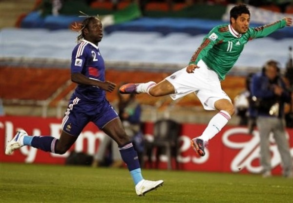ME VOY VOLANDO. Salió rápido del partido por lesión y podría perderse el resto de la Copa. Carlos Vela haría falta en los probables octavos de final (Foto: ap)