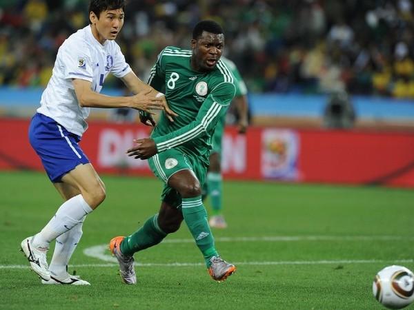 NO ME SUELTES PARA NADA. Ayegbeni Yakubu intenta zafar de la marca de un defensor coreano. El atacante del Everton inglés anotó el penal que le otorgó el empate a sus colores, que a la postre no sirvió de mucho (Foto: AP)
