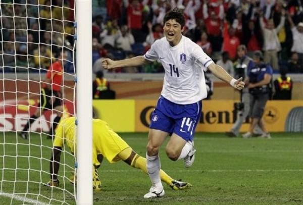 CHINO DE ALEGRÍA. Lee Jung-Soo festeja luego del gol de la igualdad. El zaguero surcoreano anotó su segundo tanto en el certamen (Foto: AP)