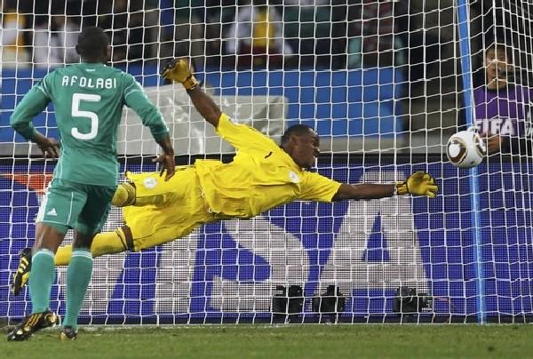 EL GATO VOLADOR. Vincent Enyeama se exige ante la mirada de Rabiu Afolabi. El meta no tuvo una buena actuación (Foto: AP)