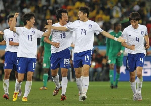 FESTEJO COMPARTIDO. El autor del primer tanto surcoreano, Lee Jung-Soo, celebra con sus compañeros la clasificación a Octavos (Foto: AP)
