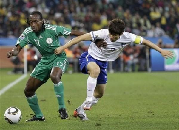INTENSA DISPUTA. Park Ji-Sung va en busca del esférico con Chidi Odiah. El lateral nigeriano tuvo una aceptable actuación (Foto: AP)