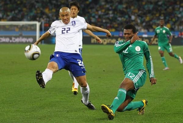 NO TE CAIGAS RÁPIDO. Cha Du-Ri y Kalu Uche luchan por el balón. El volante verde marcó el gol de apertura (Foto: AP)