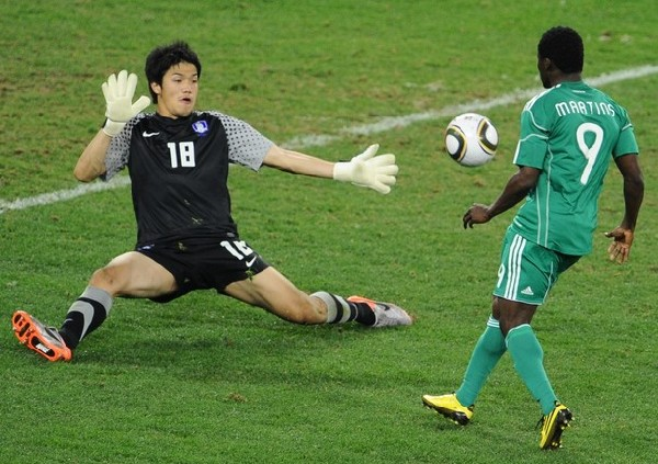 NO LO PUEDO CREER. Martins queda frente a Jun Sung-Ryong para definir. 'Oba Oba' dispuso de varias chances para aventajar a sus colores. (Foto: Reuters)