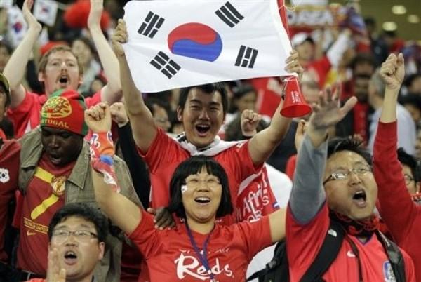 QUE VENGA ESE CHARRÚA. La afición surcoreana delira ante la clasificación de su selección. Corea del Sur enfrentará a Uruguay en Octavos de Final (Foto: Reuters)