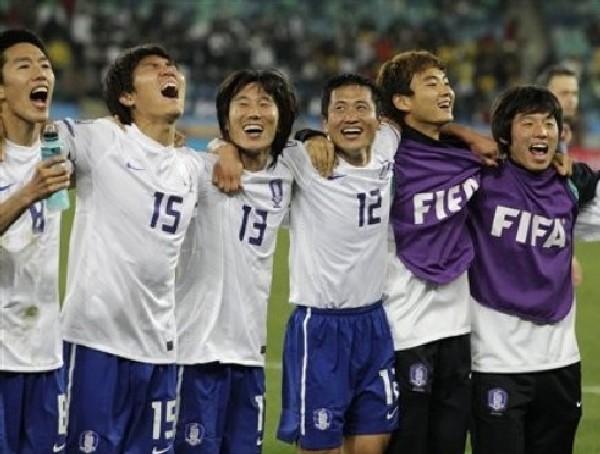 ALEGRÍA ASIÁTICA. Celebran la clasificación de derecha a izquierda: Kim Jung-Woo, Kim Jin-Dong, Kim Jae-Sung y Lee Young-Pyo (Foto: Reuters)