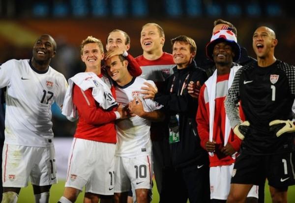 ADIÓS ESLOVENO. Los jugadores estadounidenses miran con atención el final del encuentro entre Inglaterra y Eslovenia (Foto: AP)