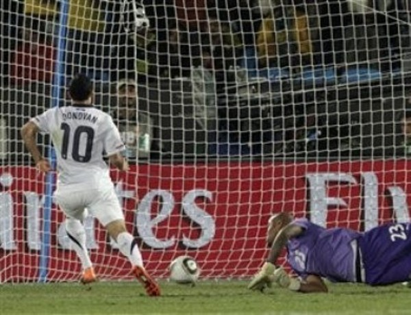 TE RENDISTE AL FINAL. El meta argelino, Rais M Bohli, tuvo una buena actuación, aunque al final dejó un rebote que fue bien aprovechado por Donovan (Foto: AP)