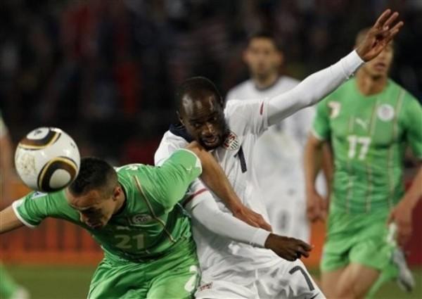 LUCHA INTENSA. DaMarcus Beasley y Foued Kadir disputan el esférico. El trámite fue parejo en gran parte del partido (Foto: AP)