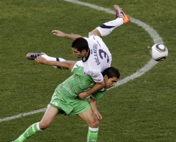 SUEÑO VOLADO. Carlos Bocanegra va con fuerza a la disputa del balón. El capitán estadounidense festejó la clasificación al final del encuentro (Foto: AP)