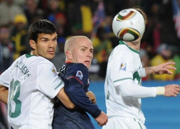 TE VEO Y NO TE VEO. El hijo del técnico, Michael Bradley, luce bien marcado por Aleksandar Radosavijevic. Luego se soltó y convirtió el gol del empate (Foto: AP)