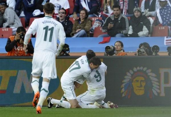 EL ZLATAN ESLOVENO. Ante la sorpresa de la parcialidad, Eslovenia se ponía dos goles arriba. Acá celebra Zlatan Ljubjankic, autor de la segunda conquista (Foto: REUTERS)