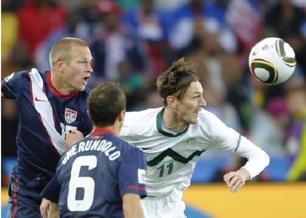 NADA QUE VER. Milvoje Navakovic fue el otro atacante de la selección eslovena, pero este sí fue bien contenido por los defensores norteamericanos (Foto: AP)