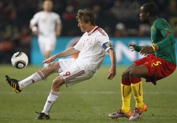 SIN MUCHO SON. Bassong trata de detener a Tomasson, pero solo con la mirada. Camerún no la vio (Foto: AP)