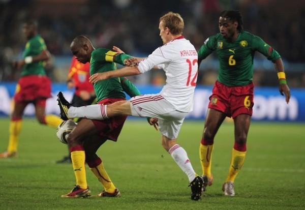 ETO'O NO ES PARA TI. Samuel Eto'o consiguió abrir el marcador, pero después fue bien cubierto por la defensa danesa (Foto: AP)