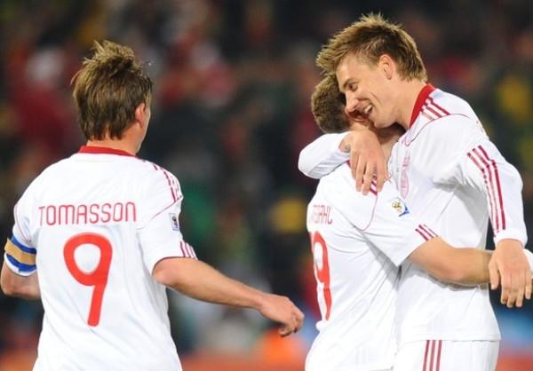 LA ALEGRÍA DANESA. El capitán Jon Dahl Tomasson se acerca a compartir el abrazo del gol, Dinamarca ya está ganando (Foto: AP)