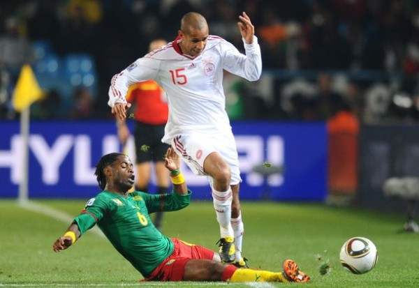 BIEN ABAJO. Song pelea una pelota con Poulsen yando al suelo. Así de abajo acabó la presentación de los leones indomables (Foto: AP)