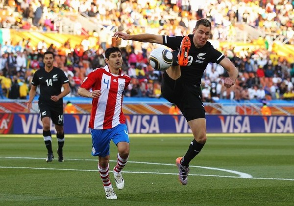 SHANE ON YOU. El ataque de Nueva Zelanda se sustentó en la corpulencia de sus delanteros. Smeltz le gana a Caniza (Foto: AP )