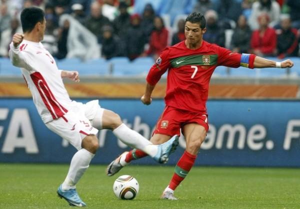 RECONTRA AFANOSO. Uno de los primeros remates a puerta por parte de Cristiano Ronaldo. El '7' luso buscó su gol con insistencia (Foto: REUTERS)