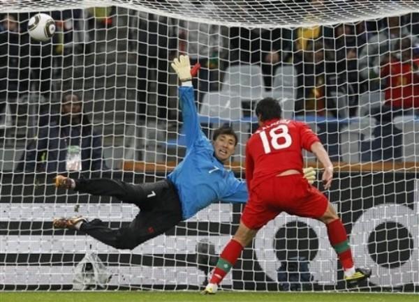 AL MEDIO, ALMEIDA. Preciso instante en que el atacante portugués, Hugo Almeida, conecta de cabeza y estira el marcador a tres (Foto: AP)