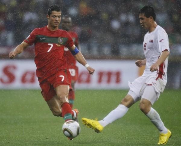 SIEMPRE VENERADO. Ri Kwang-Chon va sobre la marca de Ronaldo, pero con demasiada bondad. El asiático fue uno de los puntos más flojos del partido (Foto: REUTERS)