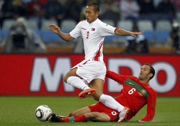CON ÉL, MENOS. Otra acción individual de Tae-Se, esta vez ante el experimentado Ricardo Carvalho. El 'Rooney de los Pobres', pese a la precariedad defensiva de los asiáticos, fue bien controlado (Foto: REUTERS)