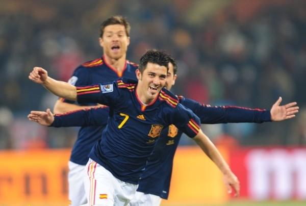 'GUAJE' HISTORIA. David Villa sacó provecho del error de Claudio Bravo  abrió el marcador para su selección. Con este tanto, el 'Guaje' se convirtió en el máximo anotador de España en la historia de los mundiales (Foto: AP)