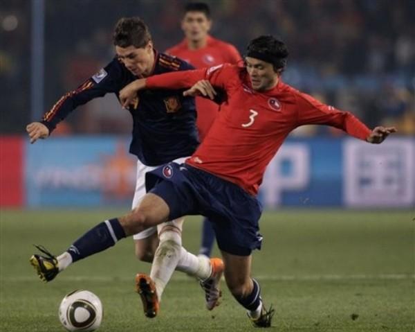 'NIÑO' MIMADO. Fernando Torres solo tuvo chispazos de buen fútbol en el Loftus Versfeld. Acá es bien controlado por Waldo Ponce (Foto: AP)