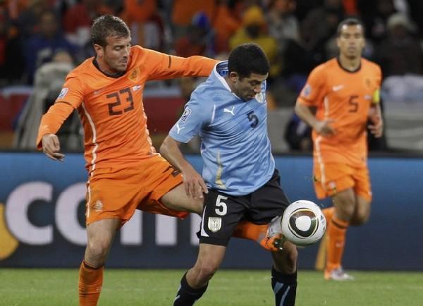 NO PASA NADIE. Gargano nuevamente cortando el pase de los holandeses (Foto: AP)