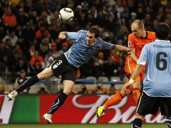 A LA FINAL DE CABEZA. Robben ya sacó el cabezazo que sería el tercer gol (Foto: AP)