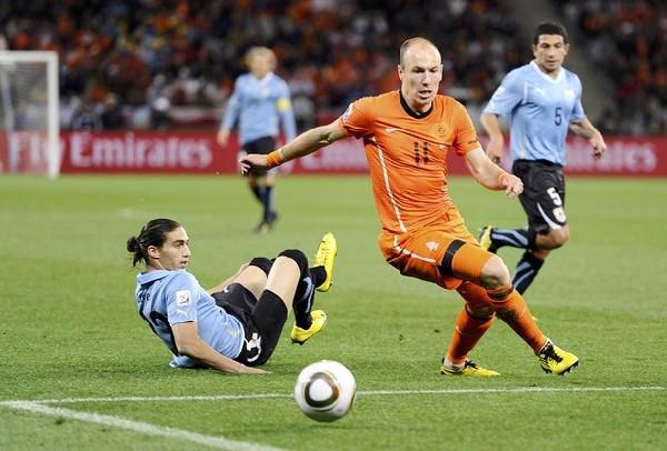 LOS DEJO PELADOS. Arjen Robben supera a Martín Cáceres mientras Gargano mira la escena. El pelado atacante marcó el gol decisivo.(Foto: REUTERS)