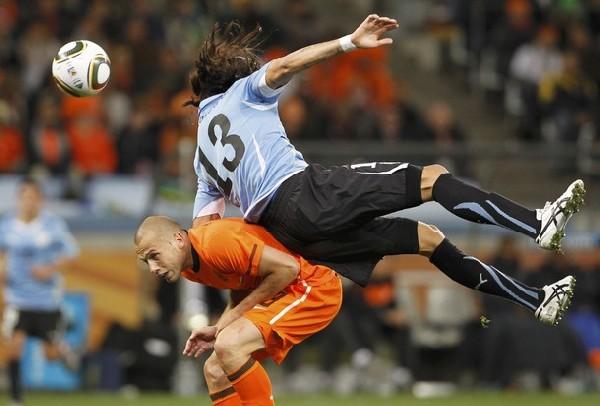 SIN LOCURAS. Holanda con un fútbol efectivo se metió en la final, aquí lo anulan al 'Loco' Abreu (Foto: REUTERS)