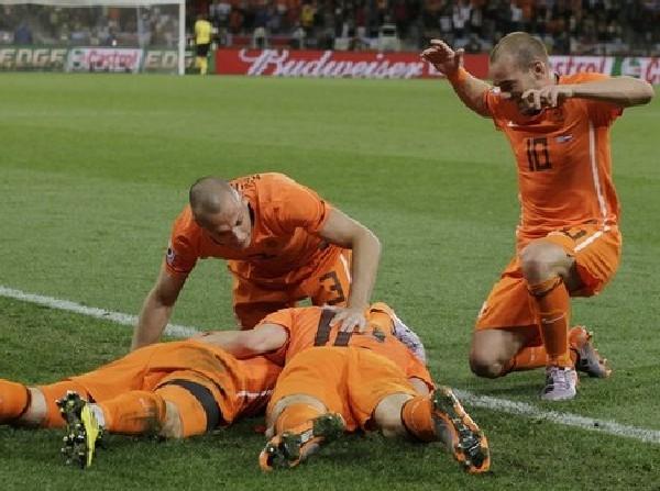 ALEGRIA NARANJA. Los jugadores holandeses celebran el éxito conseguido (Foto: AP)