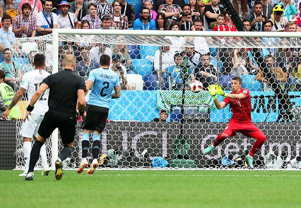 Fernando Muslera responde ante el remate de Antoine Griezmann, pero el balón se le escapa y decreta 0-2 final. (Foto: AFP)