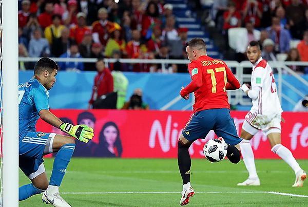 En medio de una jugada muy polémica, Iago Aspas define de taco ante Munir para lograr el empate y la clasificación de España. (Foto: FIFA)