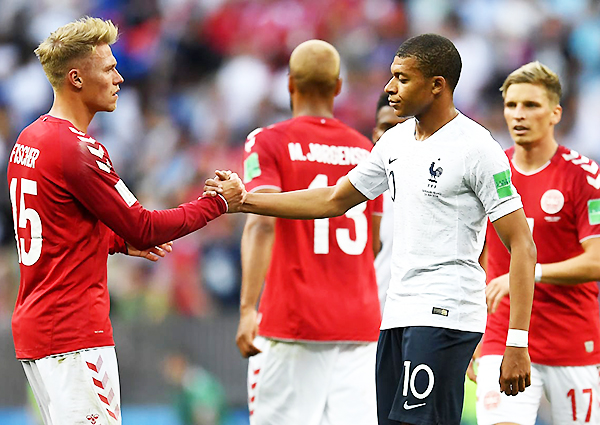 Viktor Fischer y Kylian Mbappé se saludan. Dinamarca y Francia no se iban a hacer daño. (Foto: FIFA)