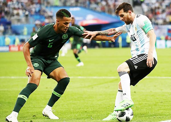Lionel Messi se enfrenta a Leon Balogun, un duelo constante en el partido. (Foto: FIFA)