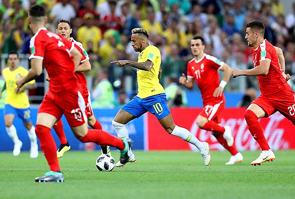 Neymar supera en velocidad a sus marcadores. Serbia no fue rival para el 'Scratch'. (Foto: FIFA)
