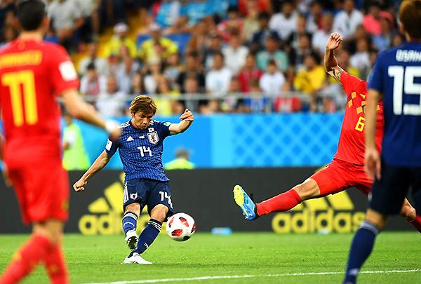 Takashi Inui remata de larga distancia y marca un golazo. Japón se ponía adelante y sorprendía al poderoso Bélgica. (Foto: FIFA)