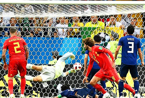 Marouane Fellaini gana por arriba y consigue el empate parcial. Más adelante, los belgas celebrarían. (Foto: FIFA)